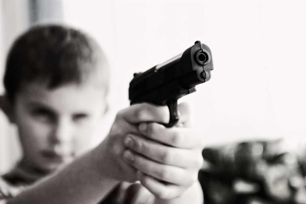 pedimom-blur-child-gun-52984