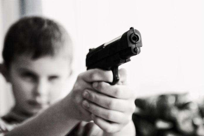 pedimom-blur-child-gun-52984